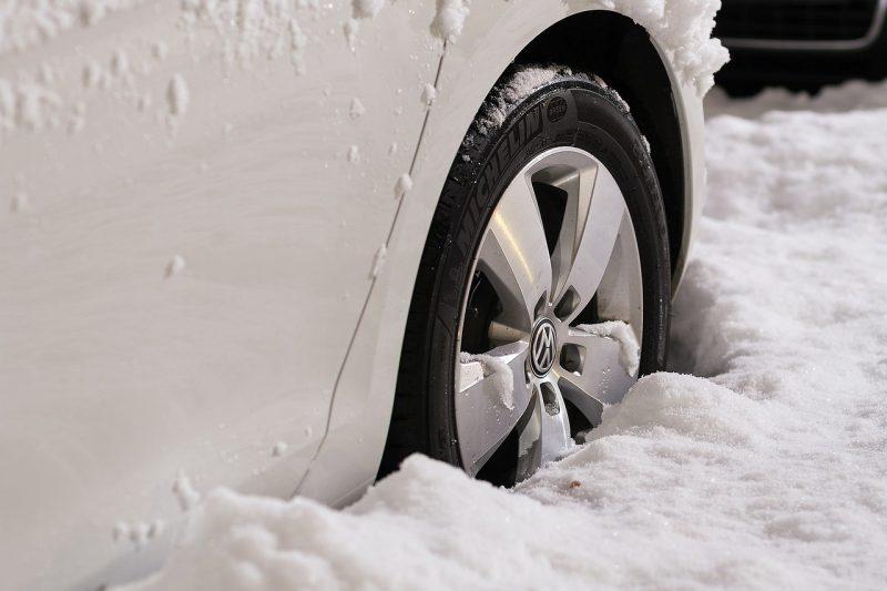 Rouler en sécurité sur la neige : chaînes, pneus neige et alternatives